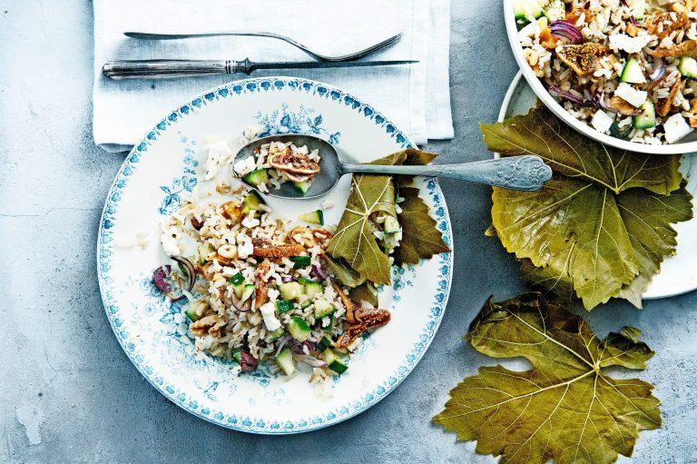 feta-rijstsalade in druivenbladeren