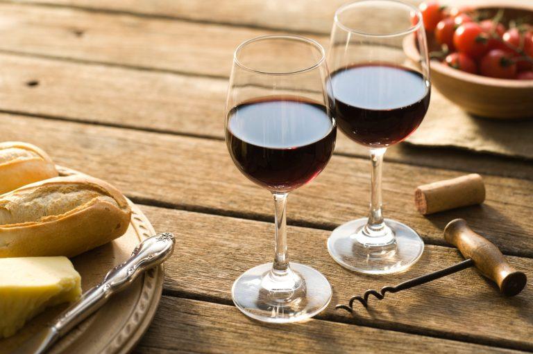 Lichte Rode Wijn : Licht sappig en fris rode wijn in de zomer het kan delicious