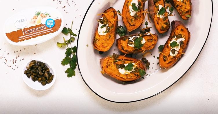 gepofte zoete aardappels met kappertjes-hoemoes