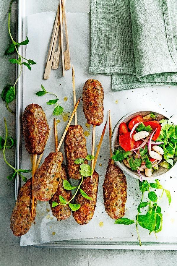 gehaktspiesjes met tomaten-bonensalade | delicious