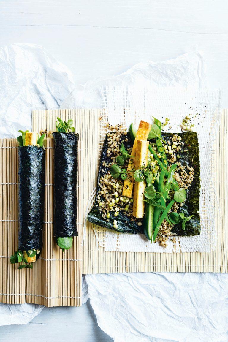sushirolletjes met bruine rijst, tofoe en komkommer
