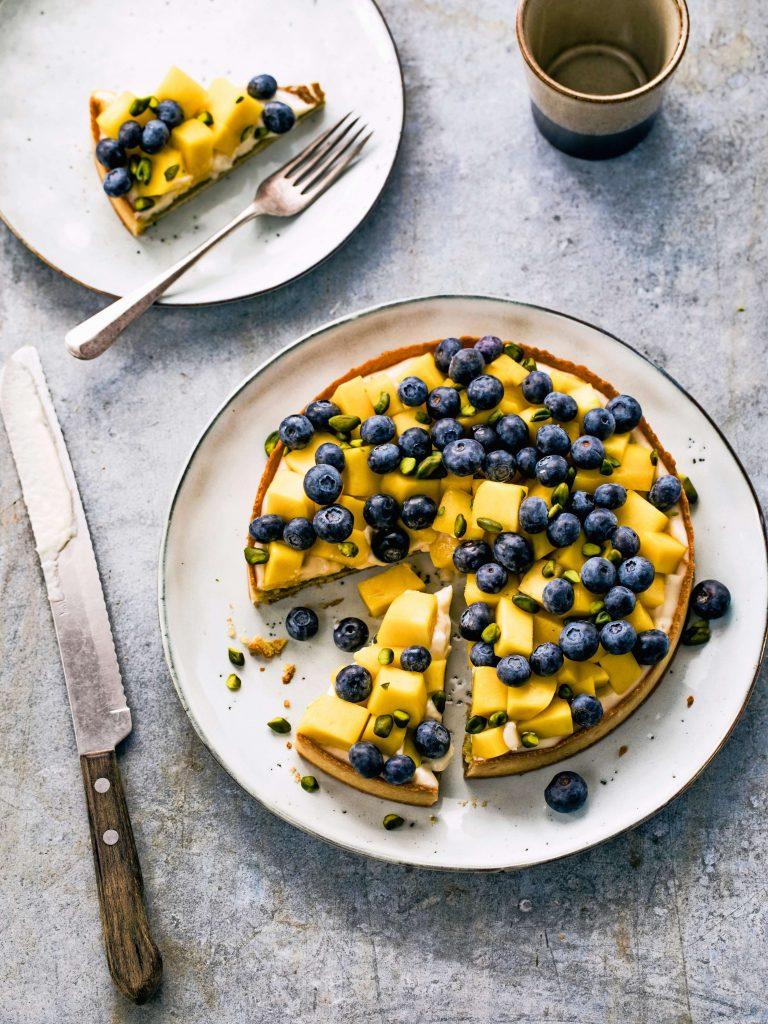Rutger bakt: frangipanetaartje met mango en blauwe bessen