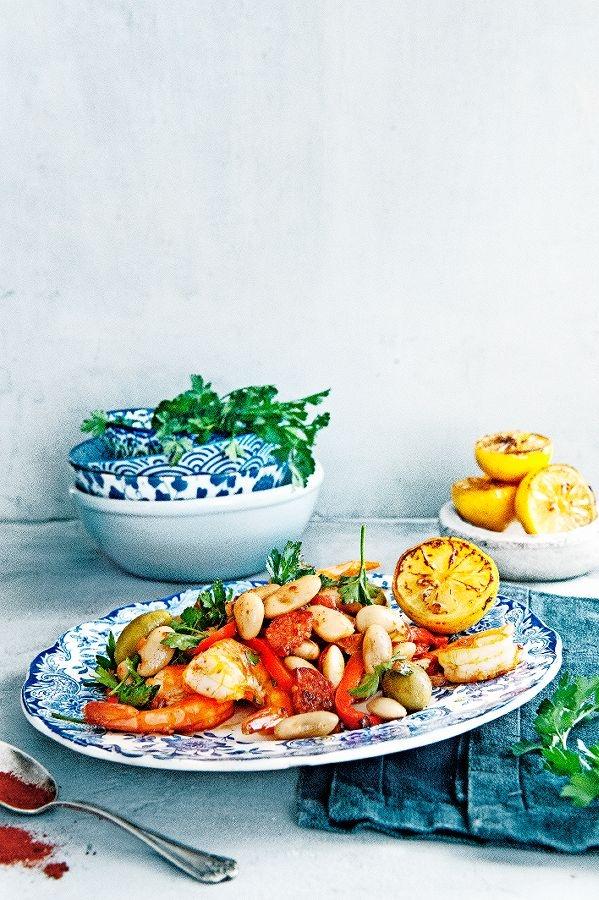 spaanse bonensalade met garnalen en chorizo | delicious