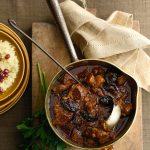 gestoofd lamsvlees met pruimen, saffraan en kaneel | delicious