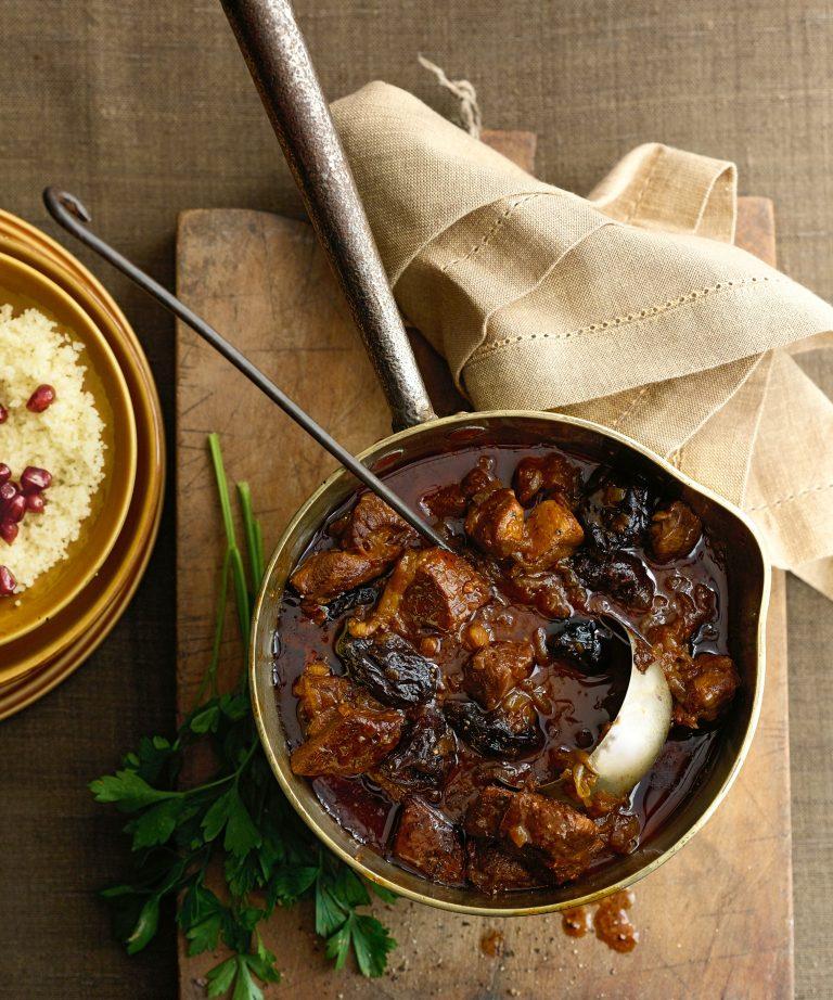 gestoofd lamsvlees met pruimen, saffraan en kaneel