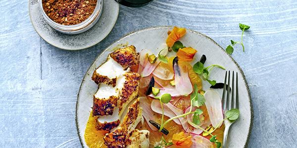 Pittige vis met sinaasappelsalade en olijven