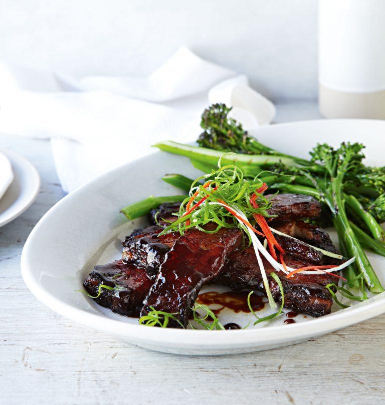 geglaceerd buikspek met gegrilde broccolini