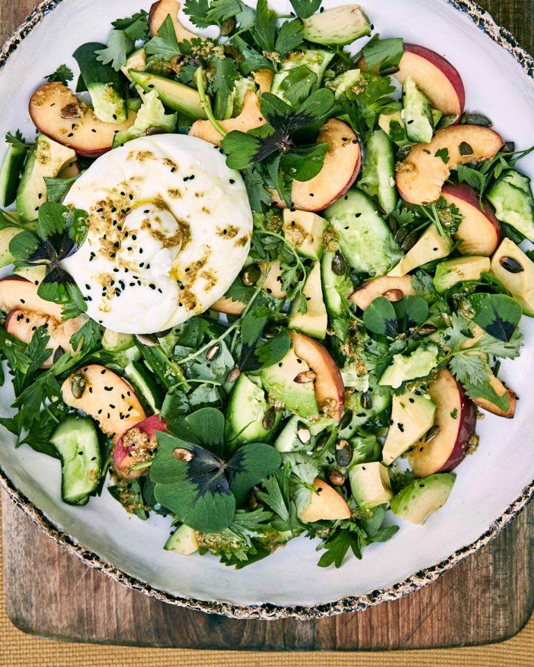 crushed komkommer, avocado en perziksalade