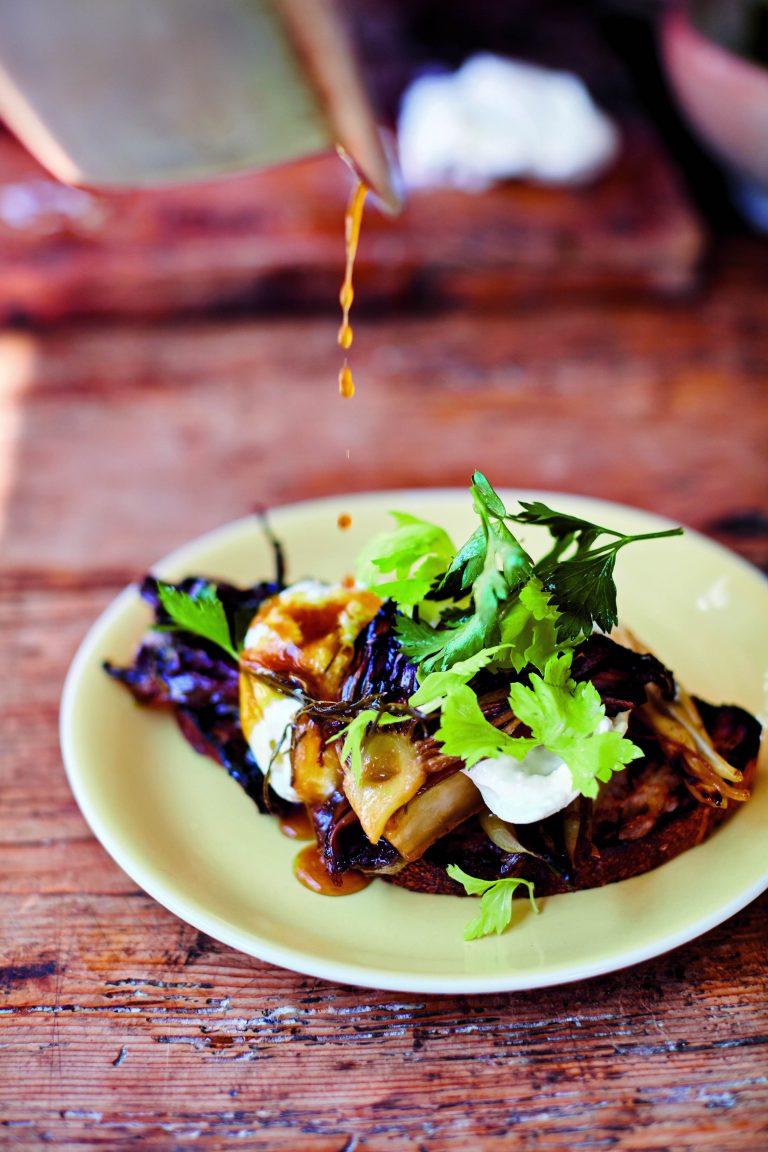 Bruschetta met burrata – zoetzure, geroosterde witlof en selderijharten