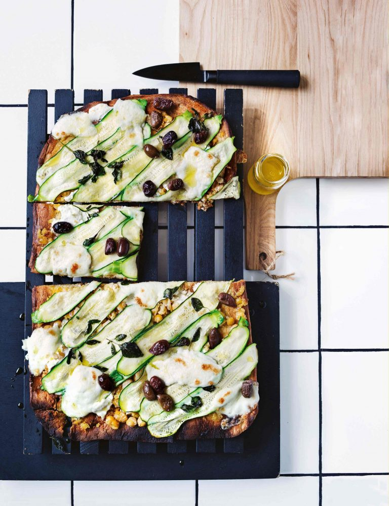 gegrilde pizza met courgette en geitenkaas