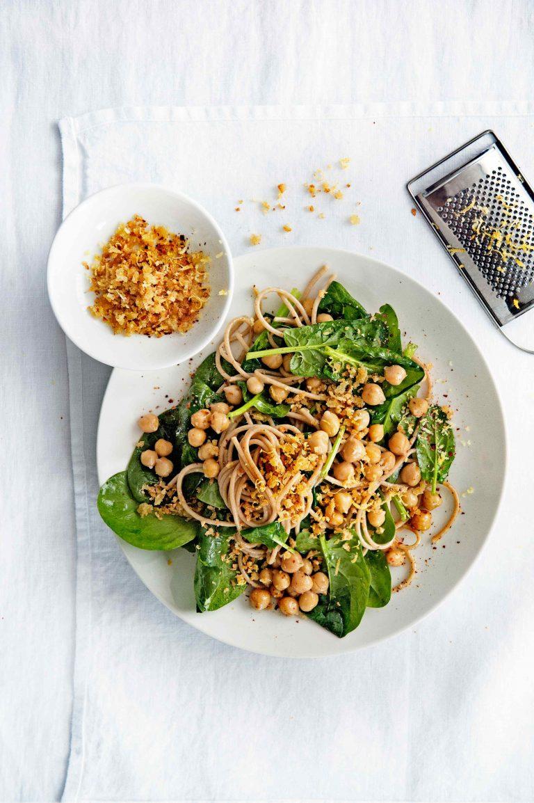 kikkererwtenpasta, spinazie en chili-knoflookkruim