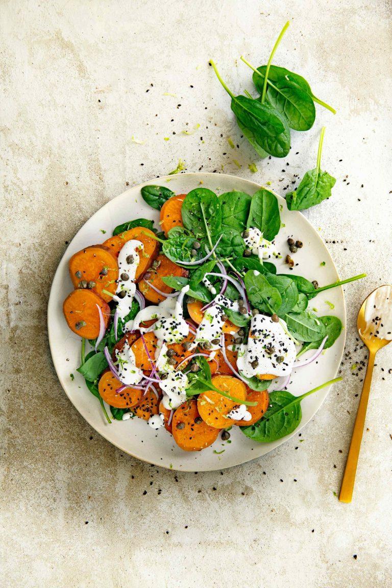 zoete aardappel met spinazie en mieriksworteldressing