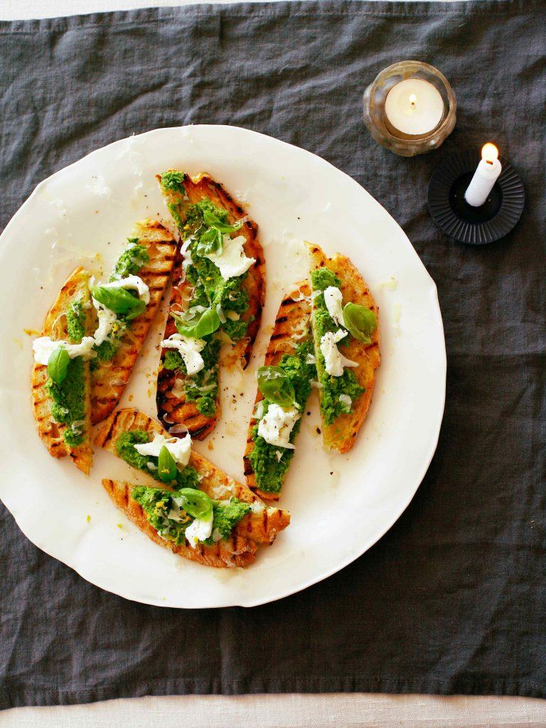 doperwtentoast met buffelmozzarella, citroen & basilicum