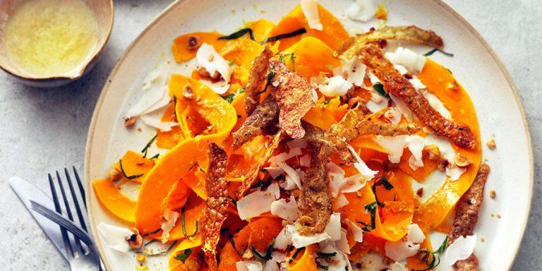 Salade van pompoen, geitenkaas met aardappelschil & hazelnoot