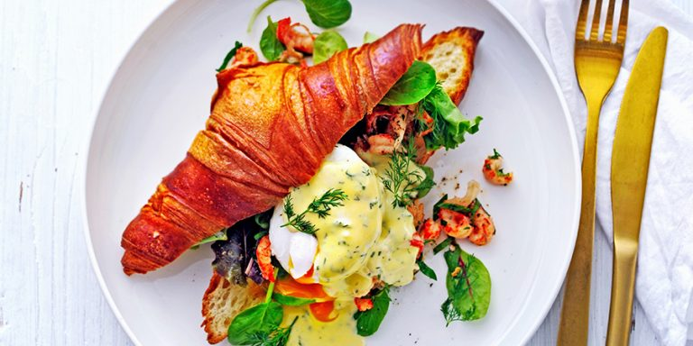 Croissant met gepocheerd ei, rivierkreeftjes en dille-hollandaise