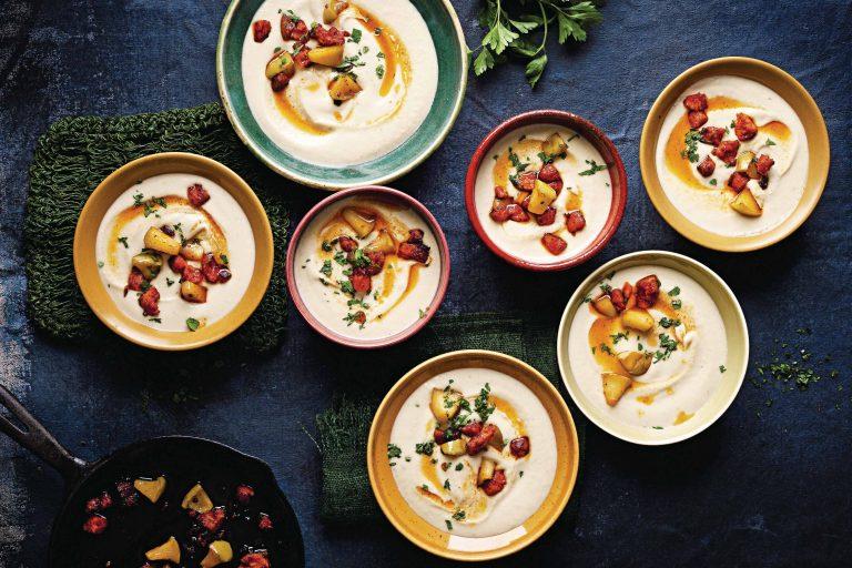 knolselderijsoep met chorizo en karamelappel
