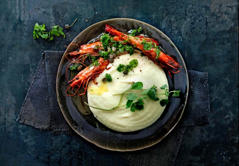 pastinaakmousseline met harissagarnalen en kruidenolijfolie