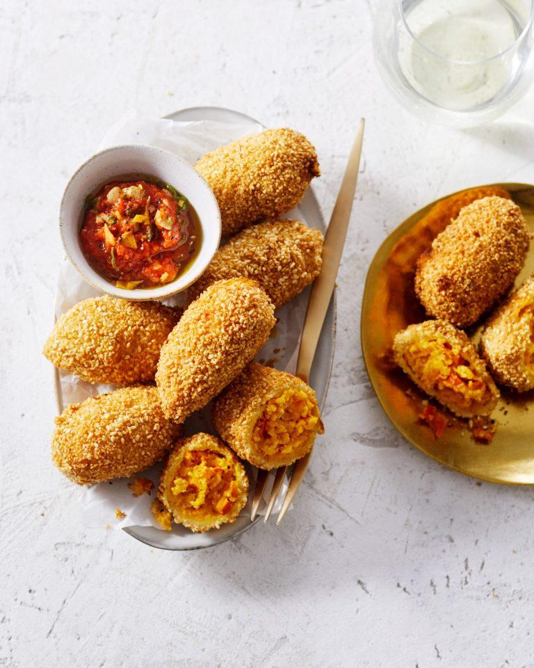 pompoen-saffraankroket met paprika-hazelnootdip