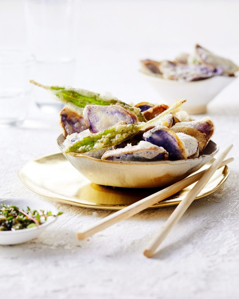 truffelaardappel- en salietempura met walnoten-kruidendip