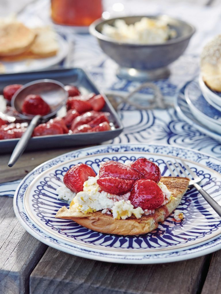brioche met warme aardbeien en honingricotta