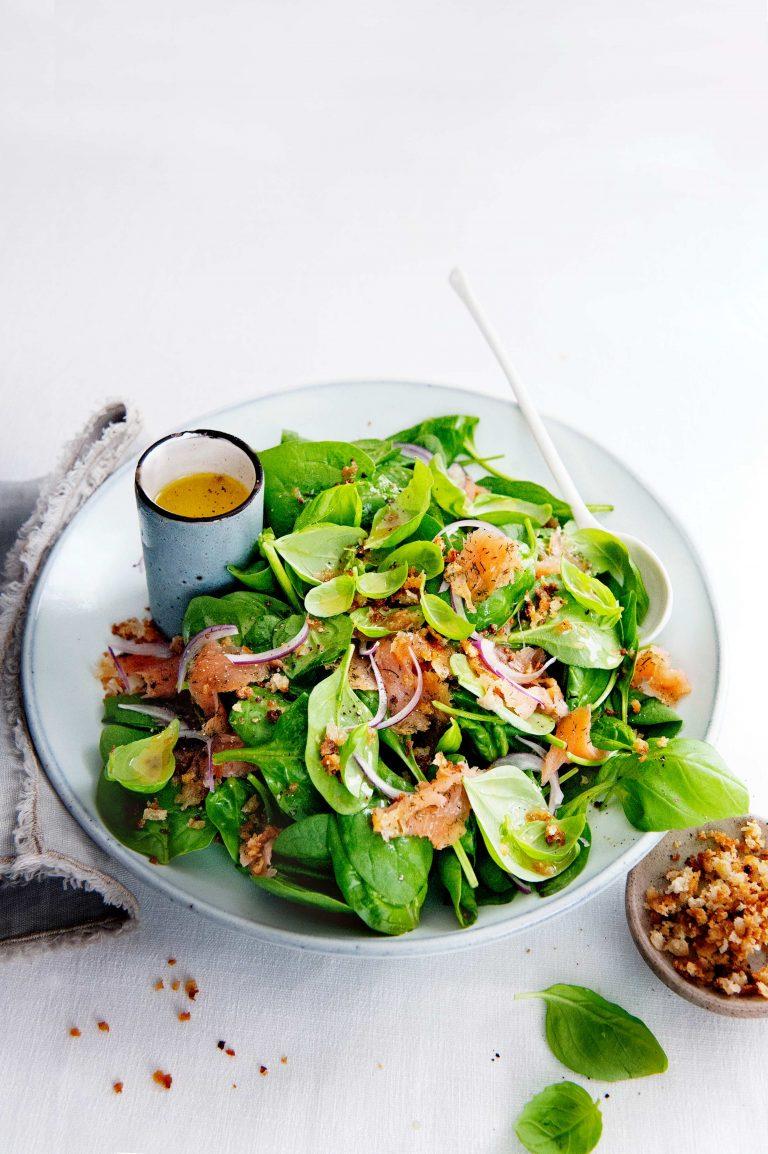 brunchsalade met spinazie, gravad lachs en basilicum