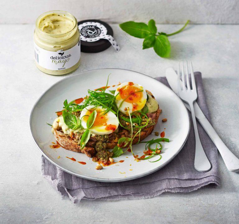 bruschetta met basilicum-olijftapenade en ei