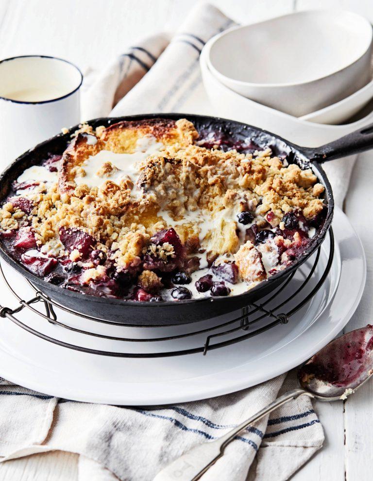crumble-brioche met appels en bessen