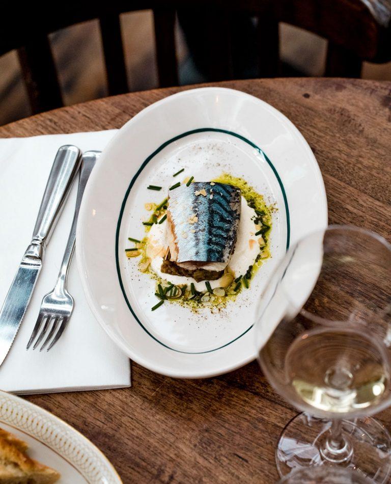 Makreel met auberginekaviaar en amandelen