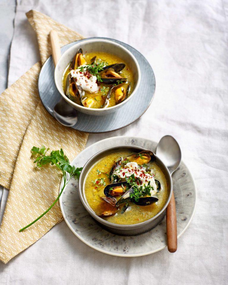 mosselsoep met saffraan, knoflook, fris-romige hangop en sumak