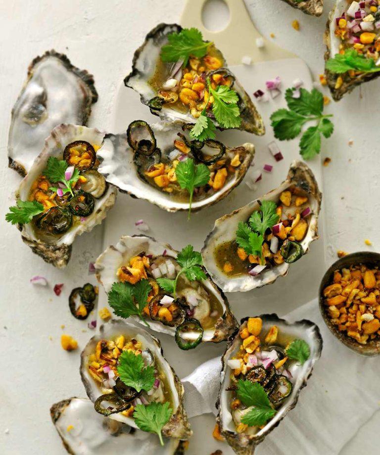 ceviche van oesters met tijgermelk, koriander, jalapeño en maïs