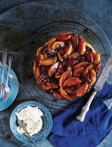 tarte tatin met appels, rozijnen en sinaasappellikeur delicious.