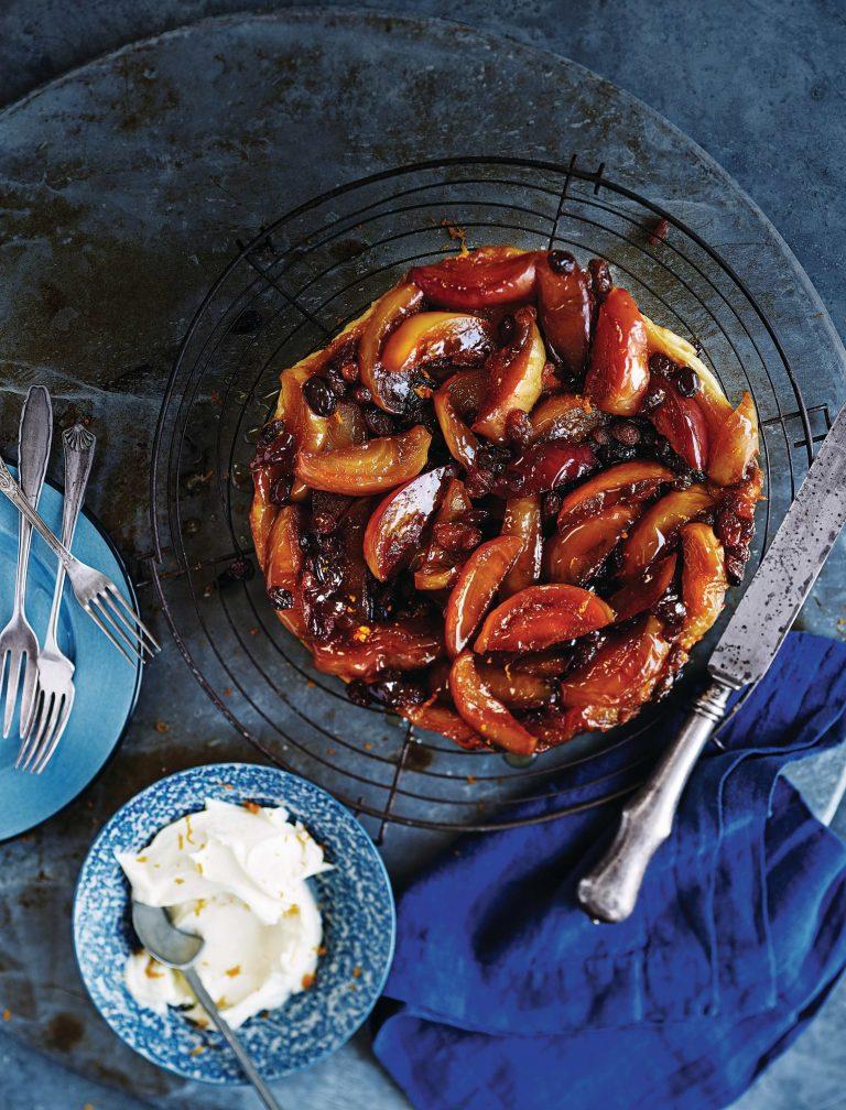 tarte tartin met appels, rozijnen en sinaasappellikeur
