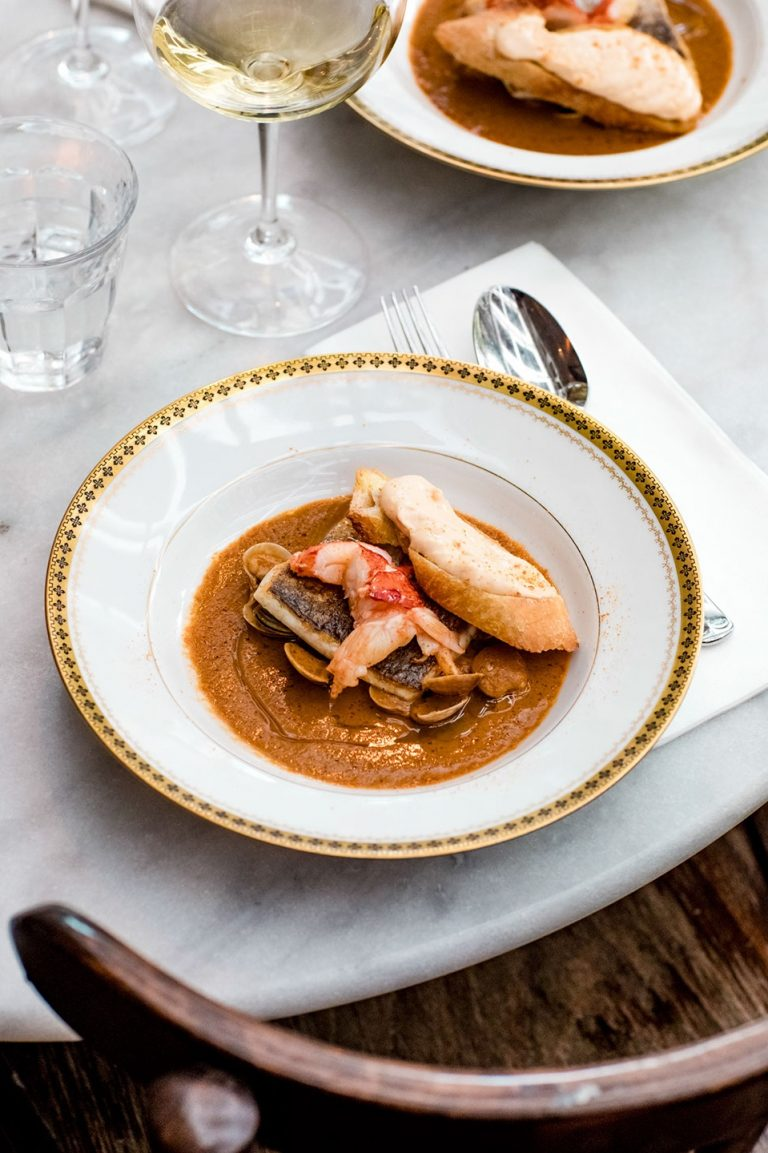 zeebaars & schaal- en schelpdieren met saus van bouillabaisse