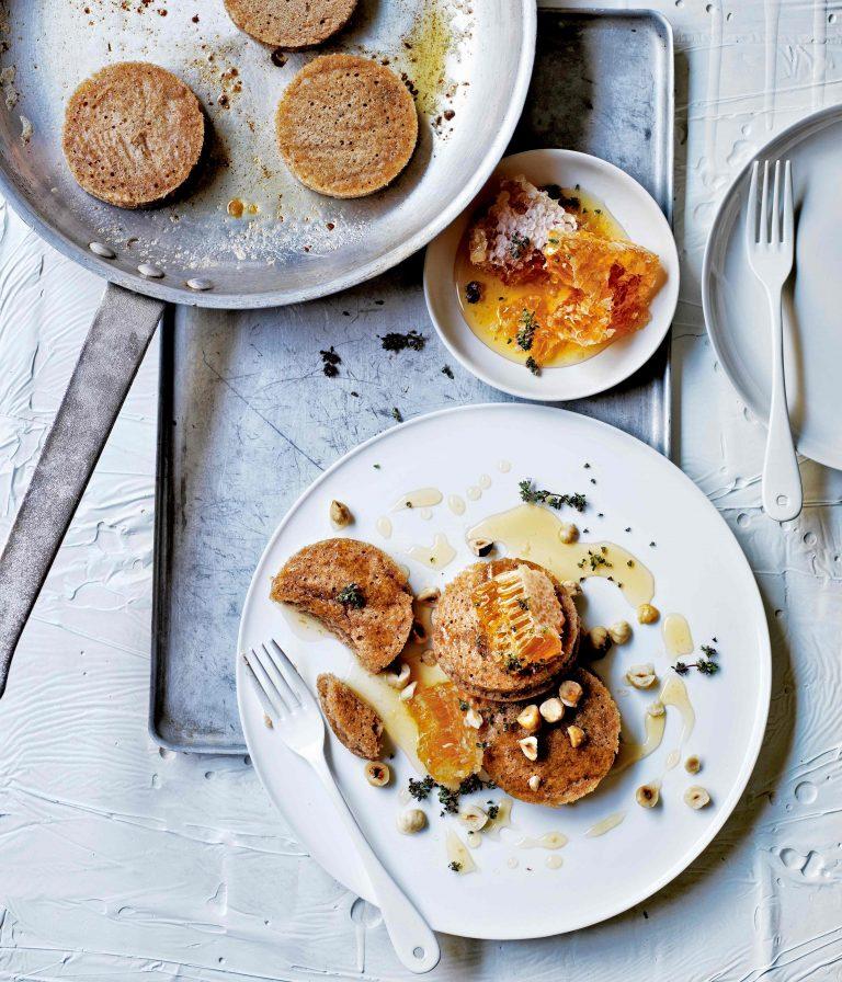 Boekweit-crumpets met kaneel en tijmhoning delicious.