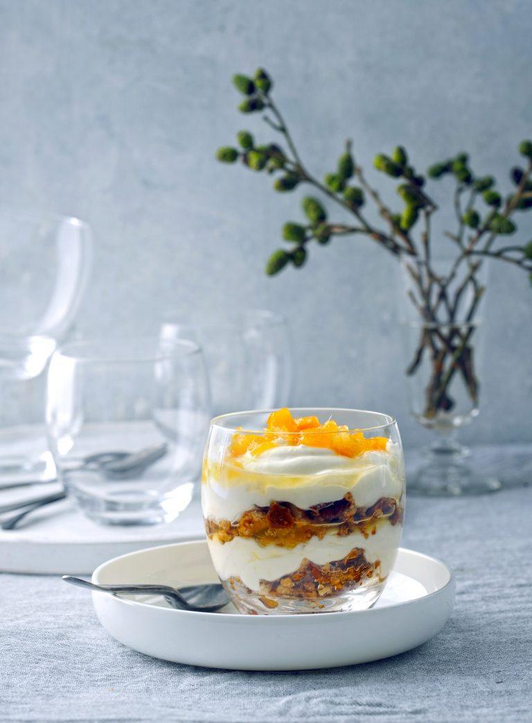 Yoghurttrifle met pecan-koffiecrumble en citrus-gemberjam delicious.