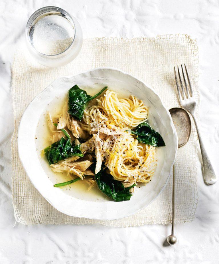 kippensoep met spinazie, parmezaan en noedels