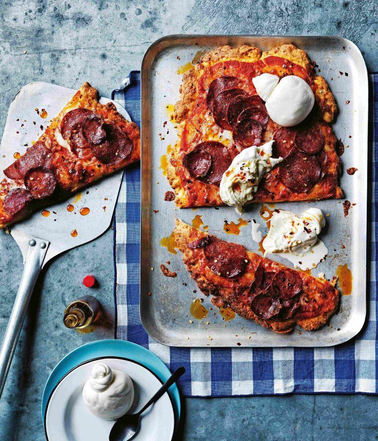 snelle pizza met pepperoni en burrata