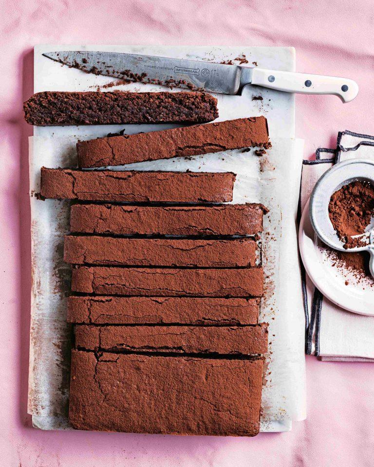 torta caprese met peer en hazelnoten