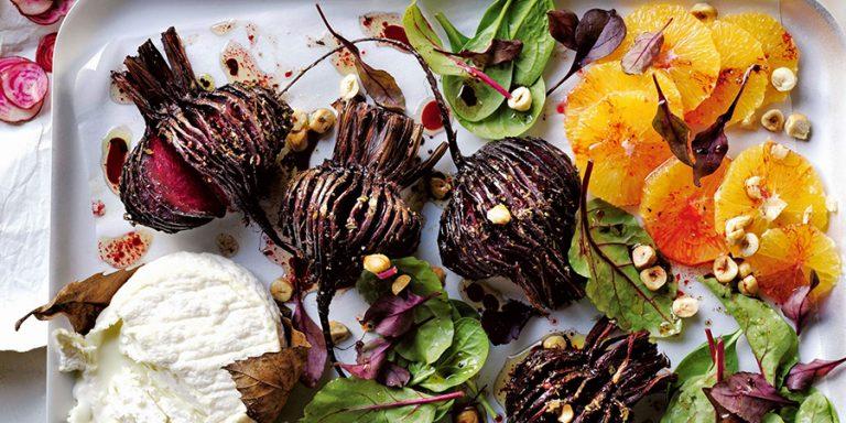 hasselbackbieten met geitenkaas & sinaasappelsalade