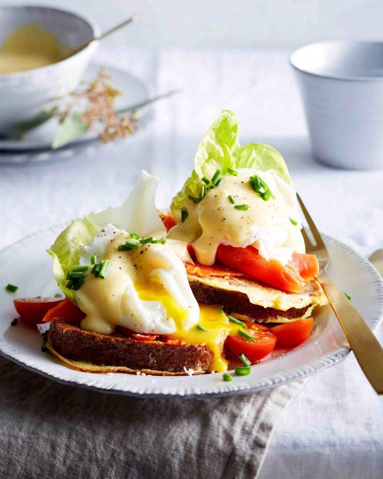 Franse pain perdu met zalm, gepocheerd ei en hollandaise