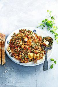 griekse-rijstsalade-met-kikkererwten-en-halloumi