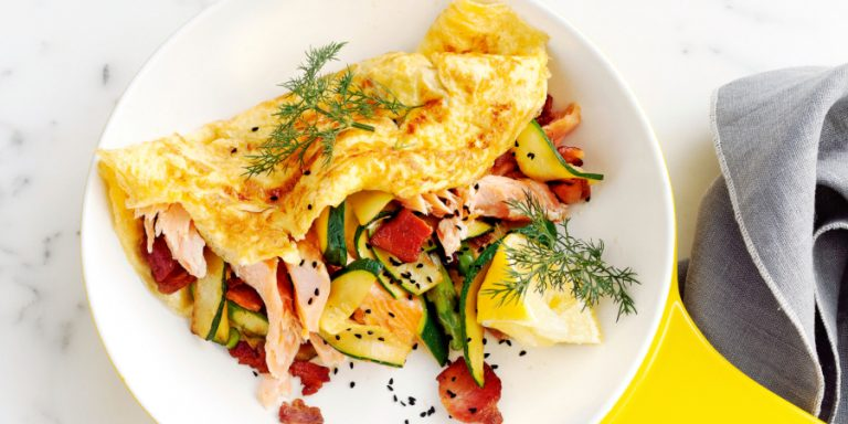 omelet met bacon, courgette en warmgerookte zalm