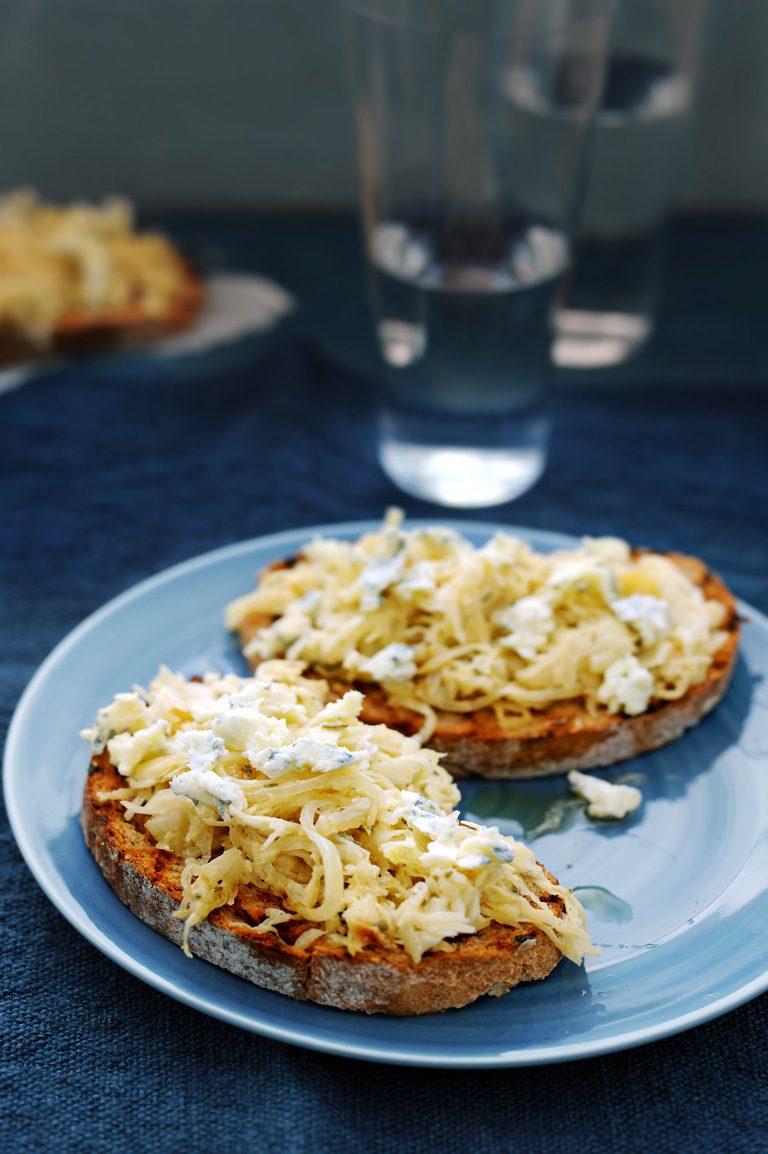 romige zuurkool met blauwe kaas op toast   delicious