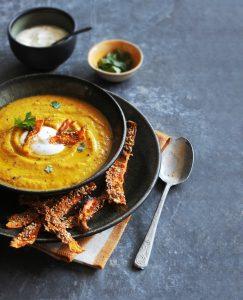 wortelsoep met koriander-yoghurtdip en wortel-sesamchips | delicious