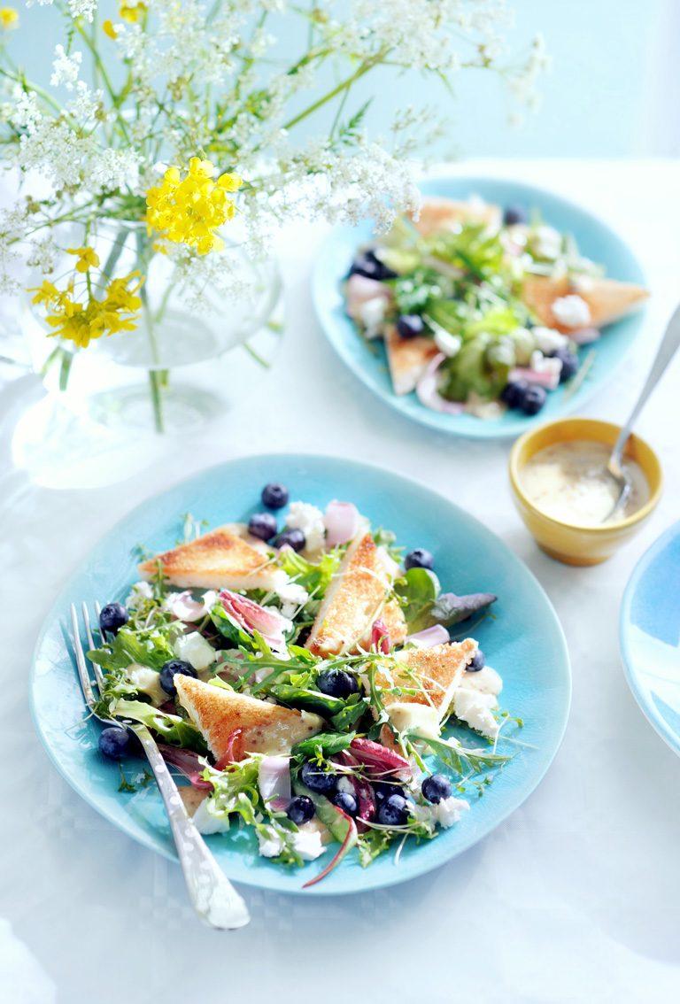 zomersalade van bladgroenten, croutons, blauwe bessen en geitenkaas   delicious