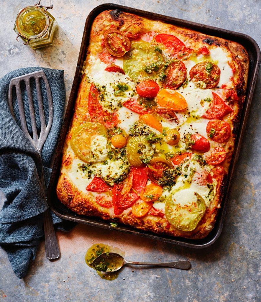 pizza met gemengde tomaten en pesto - delicious