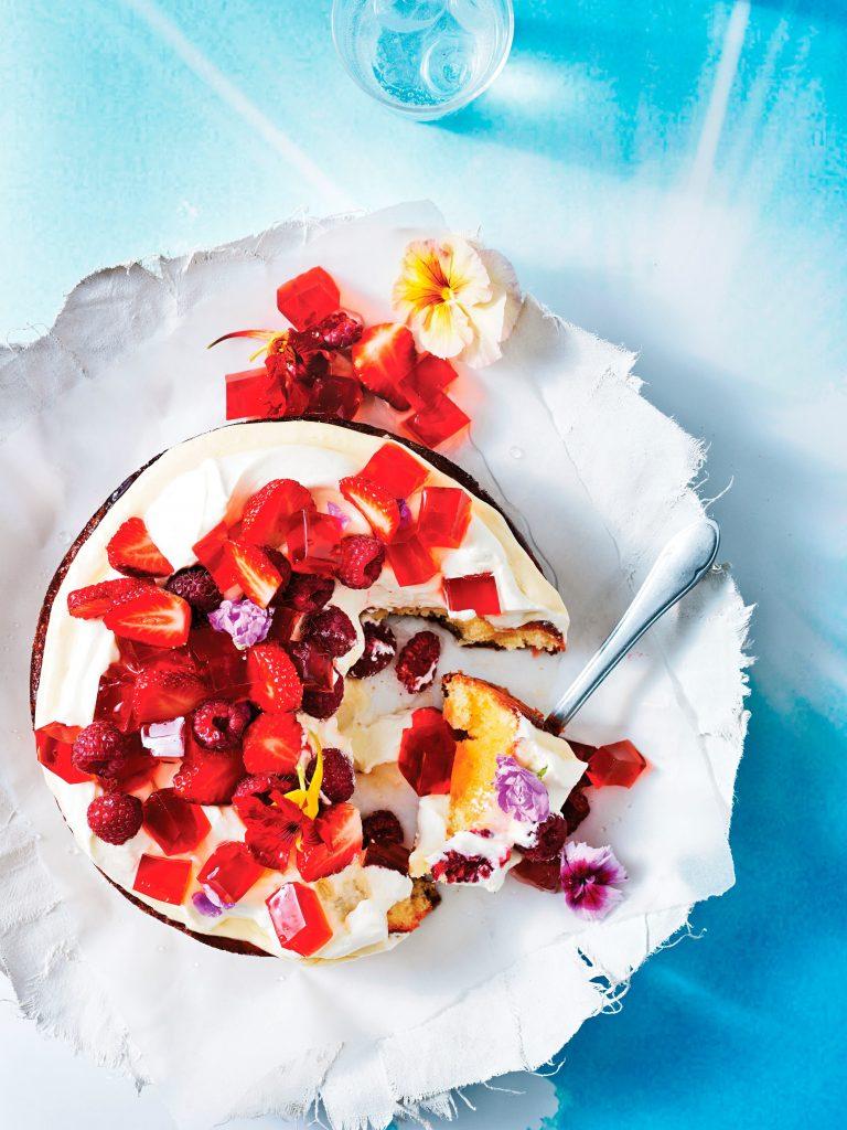 taart met rood fruit en rozenwater