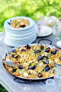 paella met garnalen, mosselen, zeevruchten en konijn - delicious