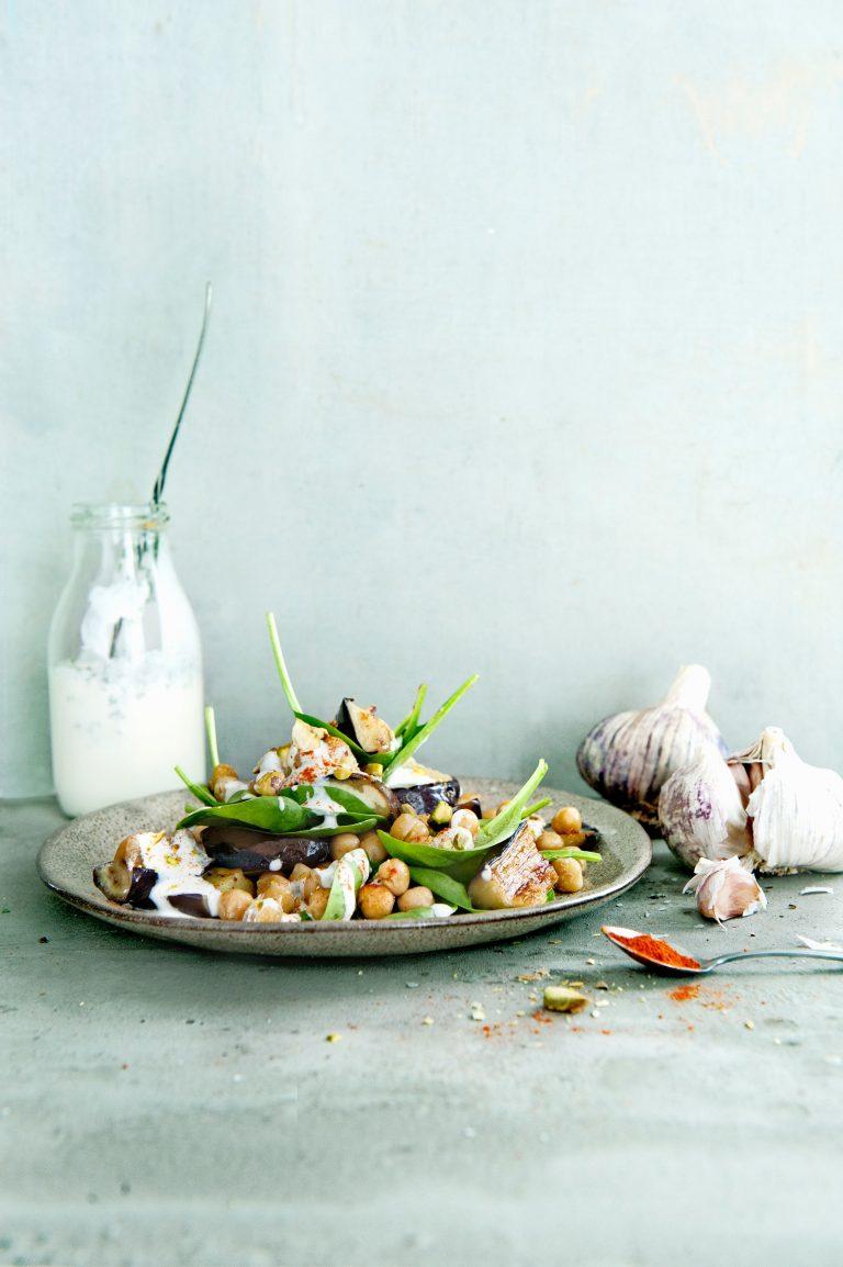 aubergine-kikkererwtensalade met fetadressing - delicious
