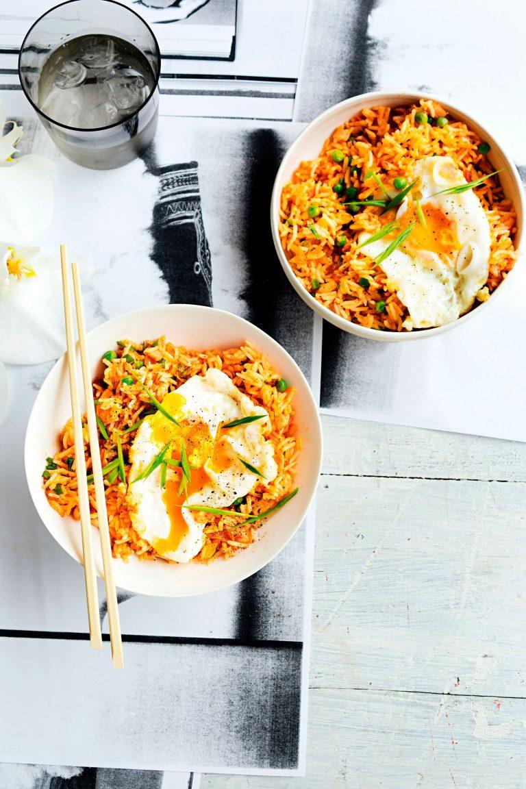 nasi met kimchi, gebakken eieren en bacon - delicious